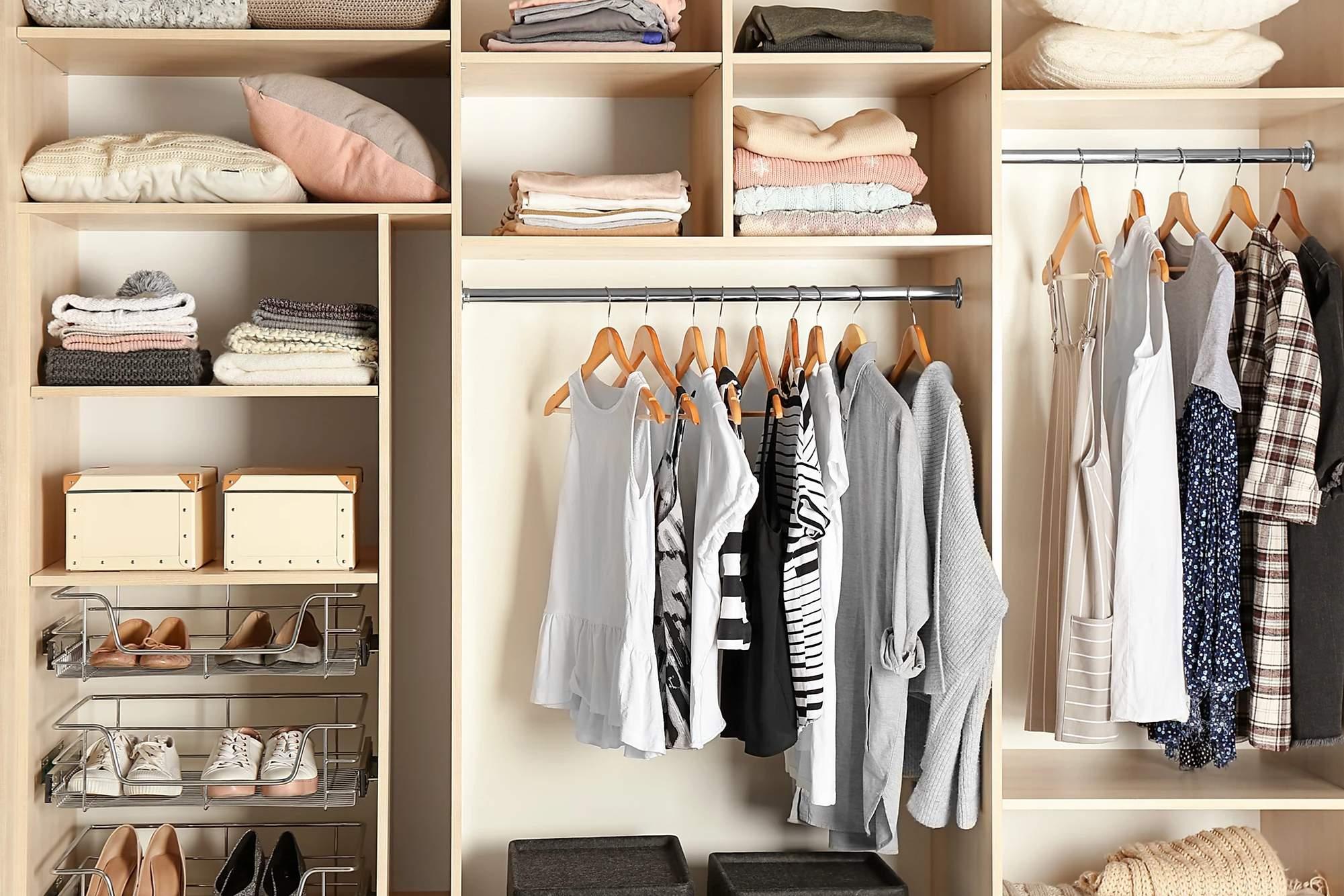 """4 Cách xây dựng tủ đồ trả lời câu hỏi """"Hôm nay mặc gì?"""""""