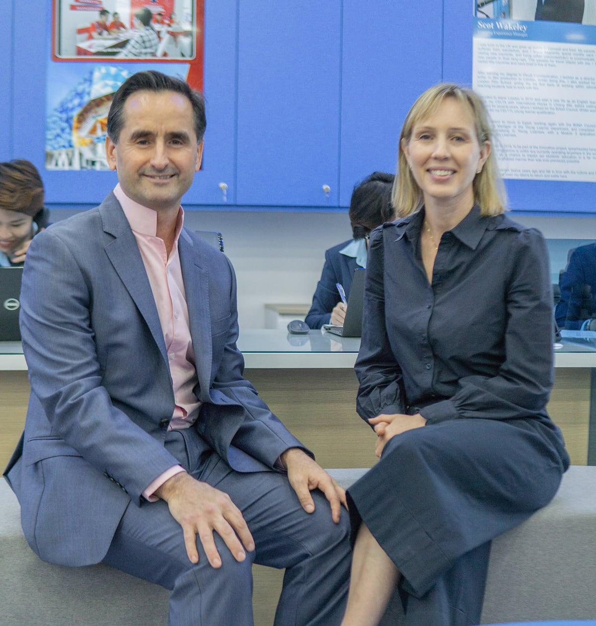Arabella Peters (trái) và Khalid Muhmood (phải), hai nhà sáng lập của hệ thống Trung tâm Anh ngữ Apollo English.