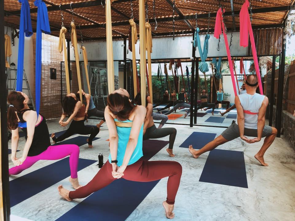 Lớp học yoga dây tại Đà Nẵng của Avi Nguyễn