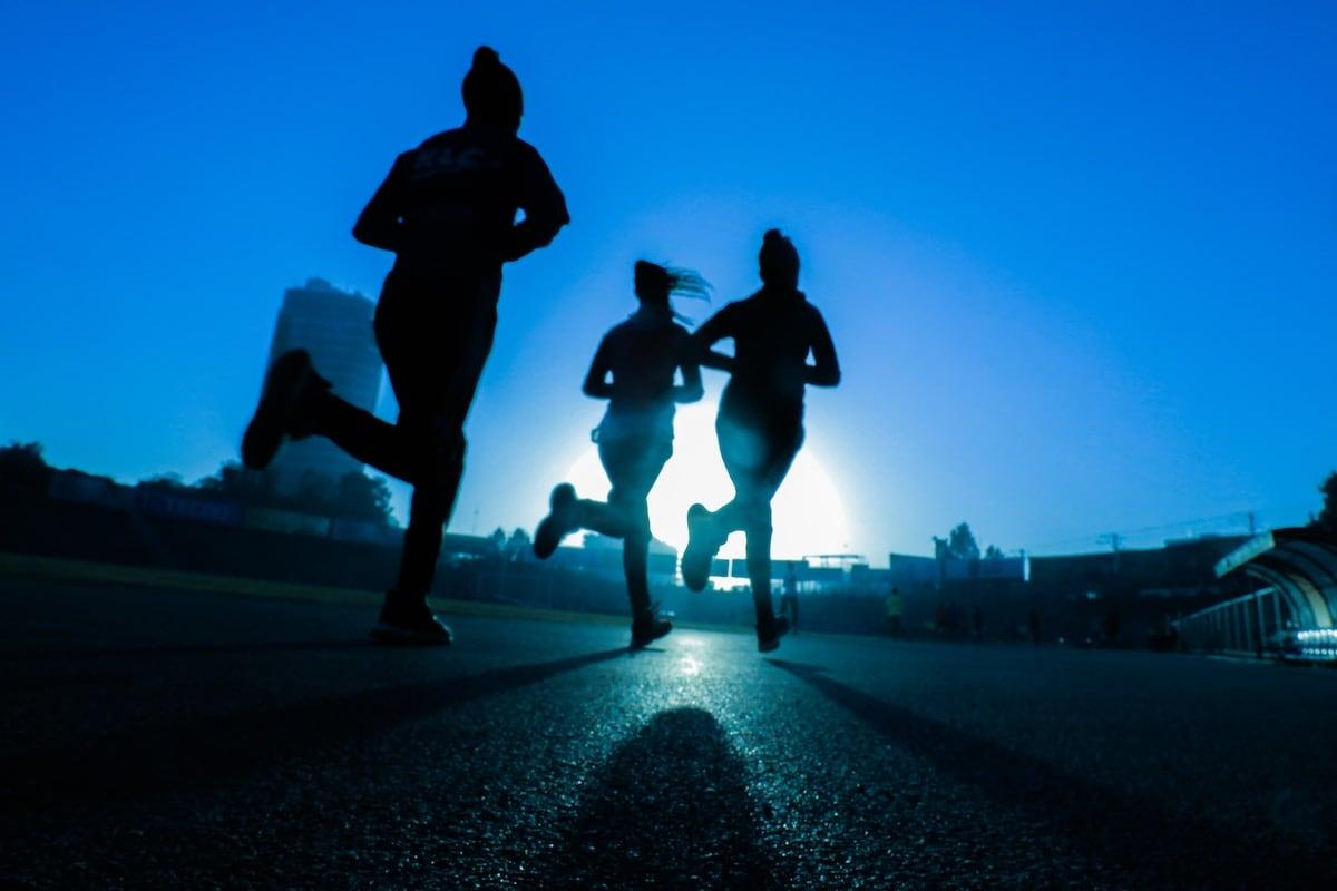 người Việt trẻ chạy đua trong công việc