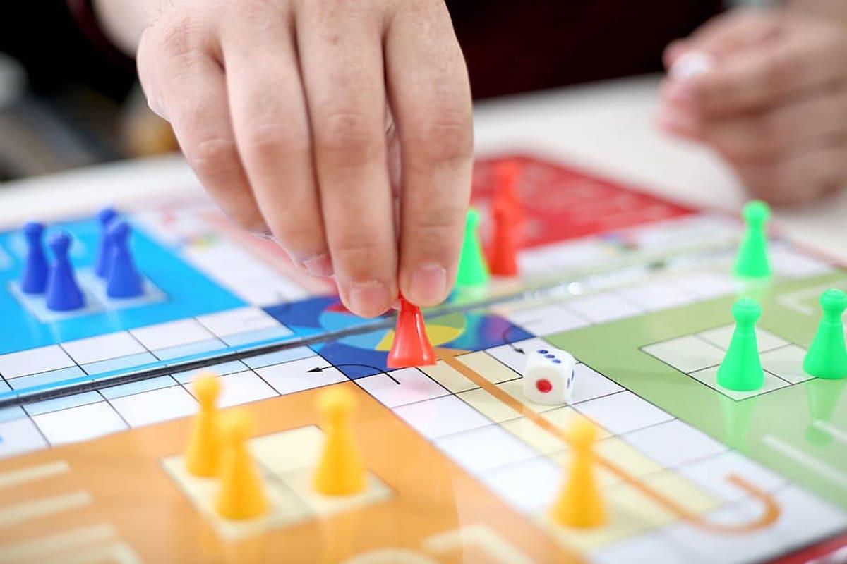 chơi board game, chơi cùng trẻ nhỏ tại nhà