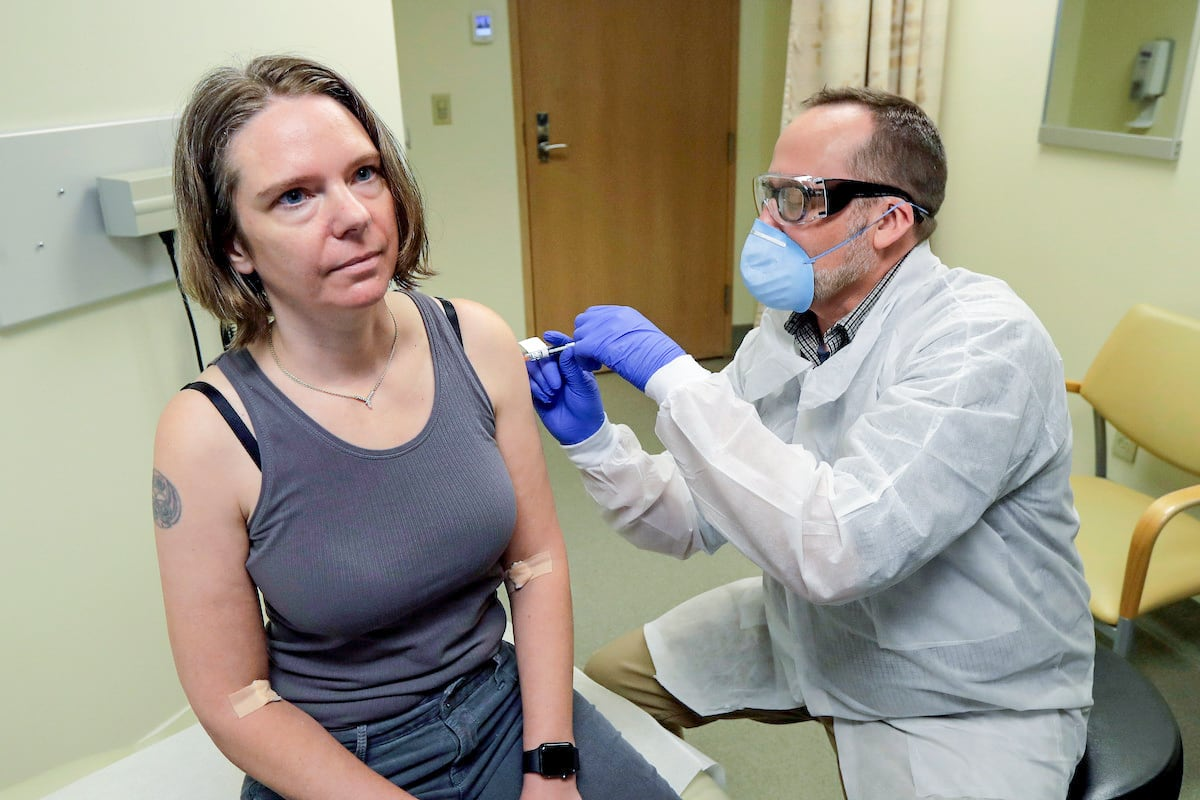 Ảnh: Đây là lần tiêm thử vắc xin COVID-19 đầu tiên trên thế giới-4