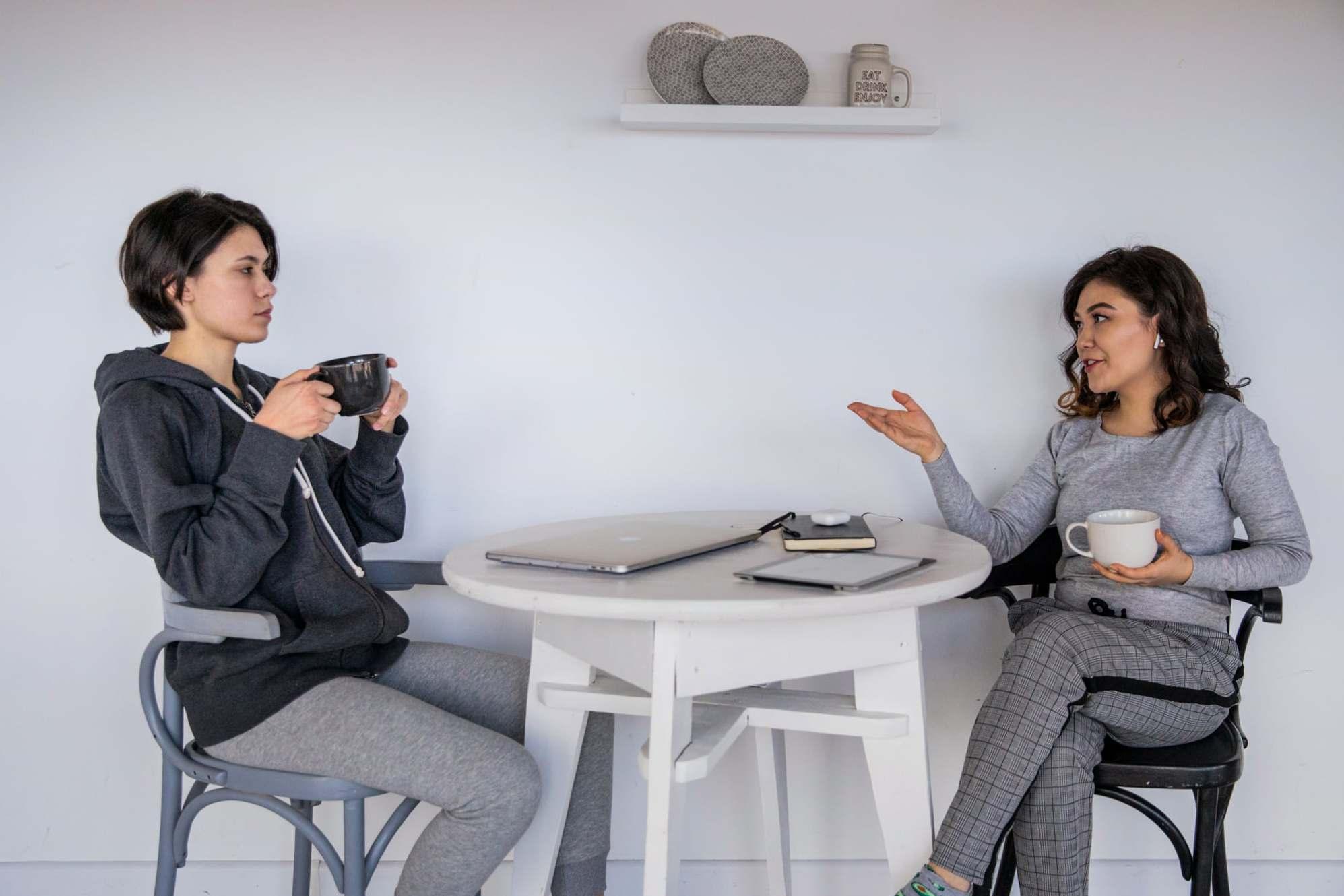 Bí quyết cho một cuộc trò chuyện sâu sắc: Đừng nói nhiều về bản thân