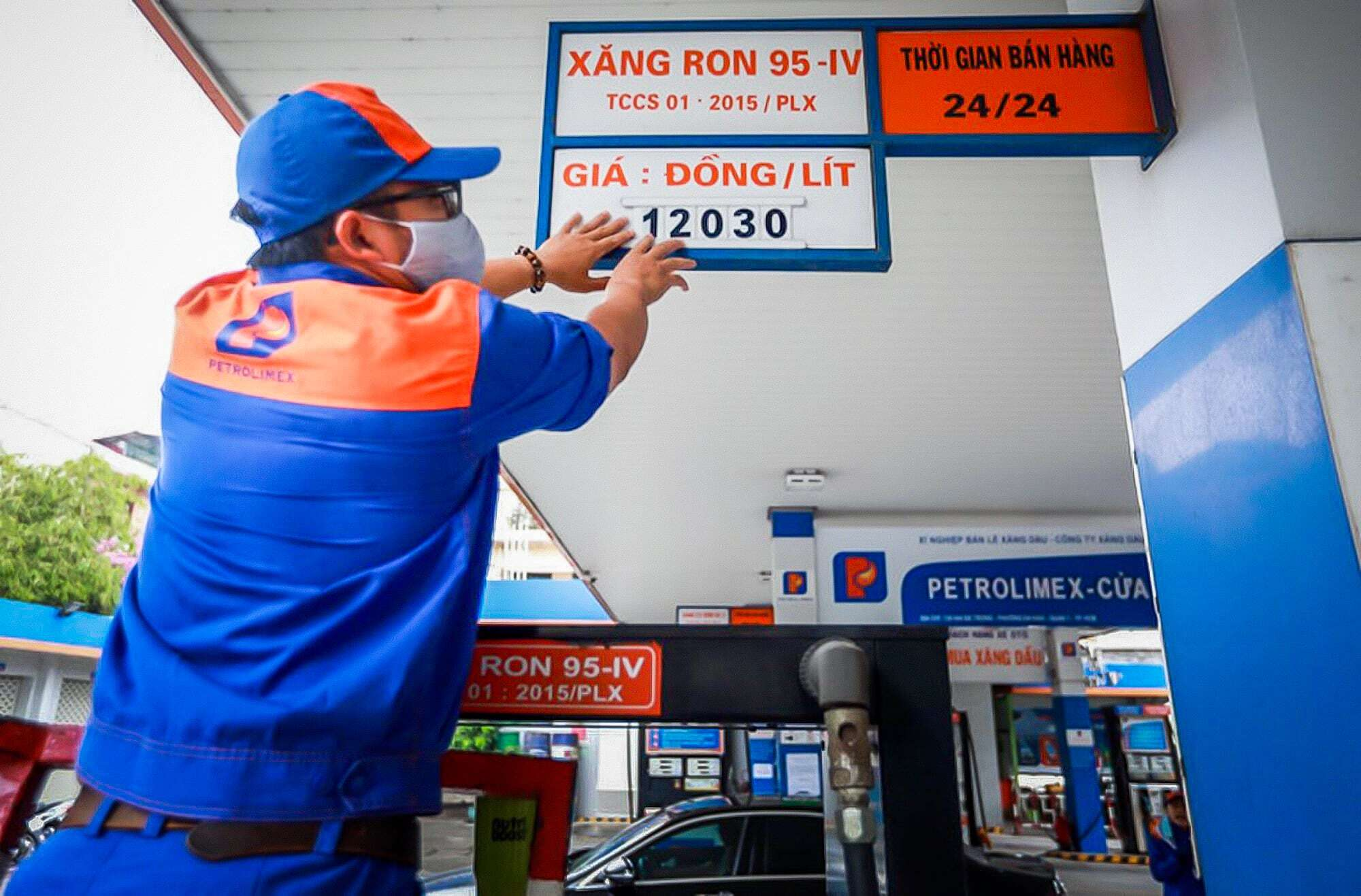 Giá dầu thế giới xuống mức âm, nhưng tại sao xăng Việt Nam chỉ giảm một nửa?
